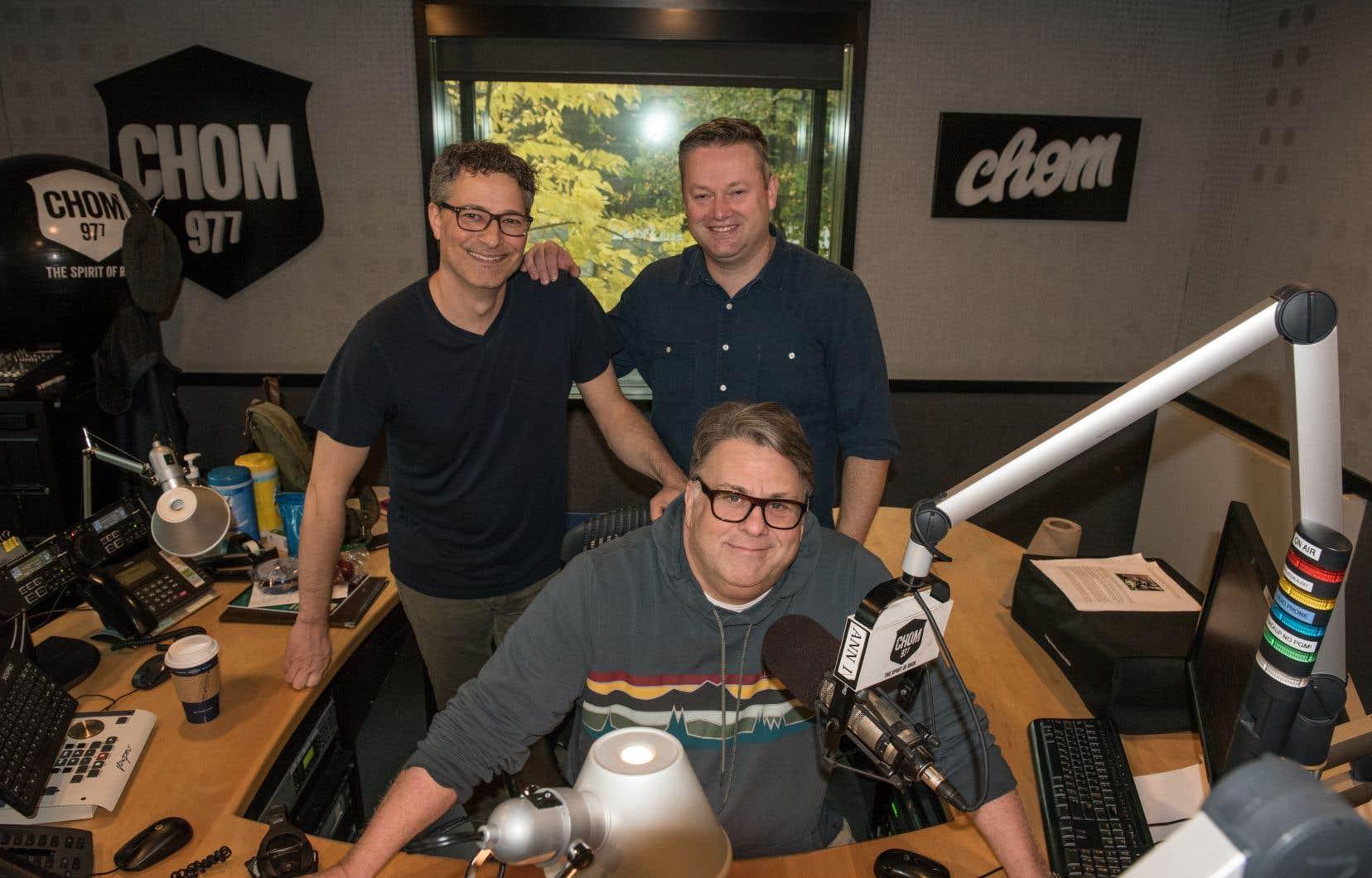 L'animateur Terry DiMonte (au centre), le directeur musical Pierre Landry (à gauche) et le directeur de la programmation Mathew Wood (à droite) dans les locaux de la radio CHOM, à Montréal, le 17 octobre dernier