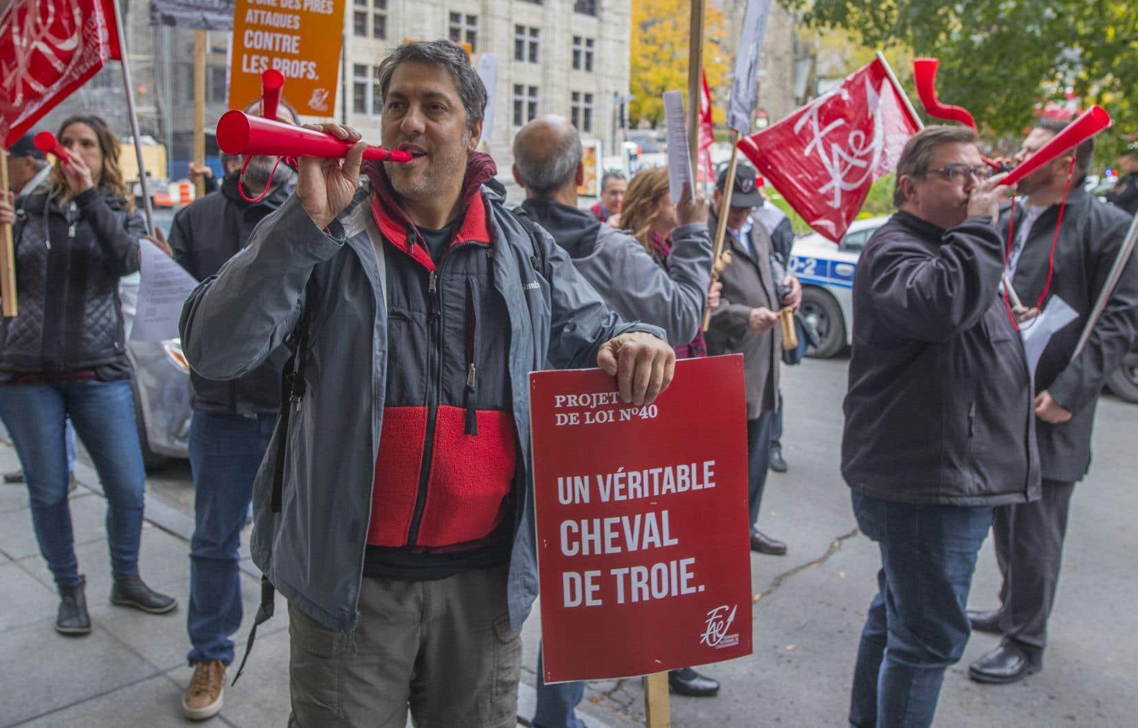 Une cinquantaine de profsmanifestant contre le projet de loi 40sont venus accueillir le ministre Jean-François Roberge et son homologue français, Jean-Michel Blanquer, venus à Montréal discuter de l'avenir de l'éducation.