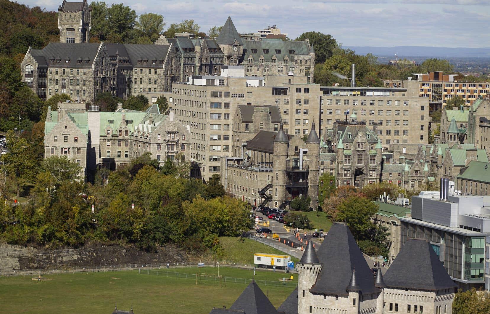 «Le président du Conseil du trésor a fait inscrire le projet «d'aménagement de l'Université McGill sur une partie du site de l'hôpital Royal Victoria» dans les grands projets d'infrastructures publiques du Québec», soulignent les auteurs.