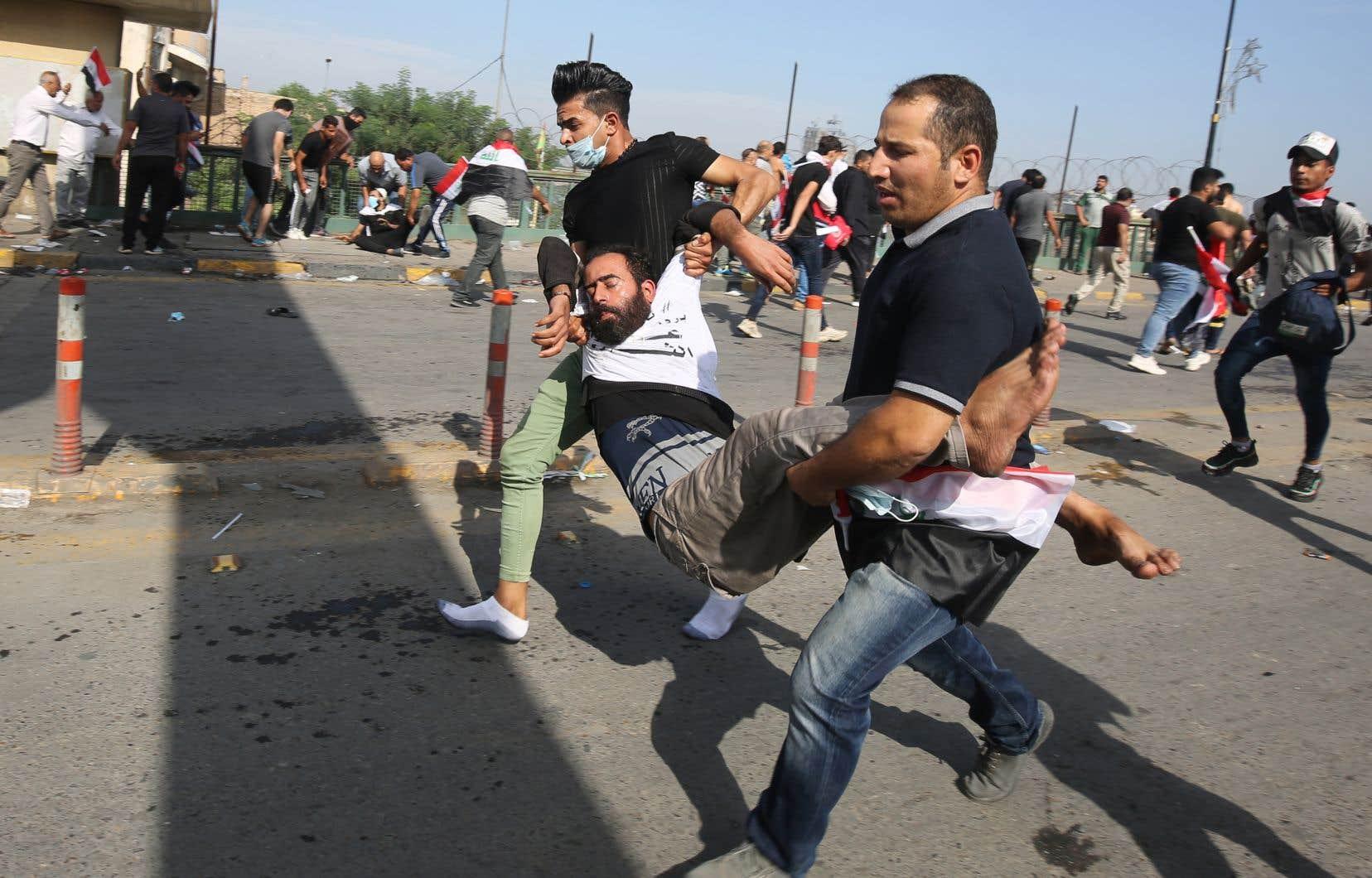 Les forces de sécurité ont tiré des grenades lacrymogènes et assourdissantes pour disperser la foule descendue dans les rues de Bagdad.