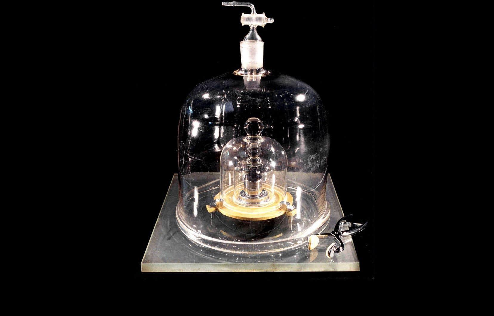 Photo non datée de l'étalon kilogramme conservé au Bureau international des poids et mesures situé à Sèvres.