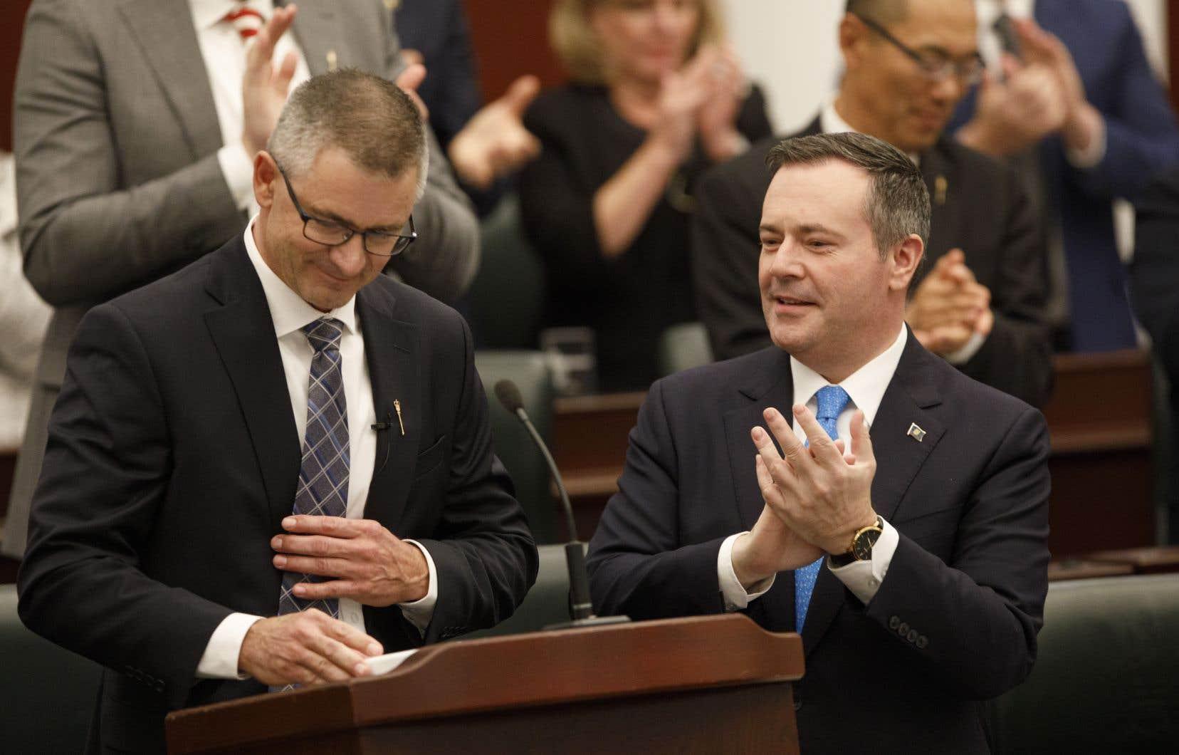 Jason Kenney (à droite) et son ministre des Finances Travis Toews, lors de l'adoption du budget albertain le 24 octobre 2019