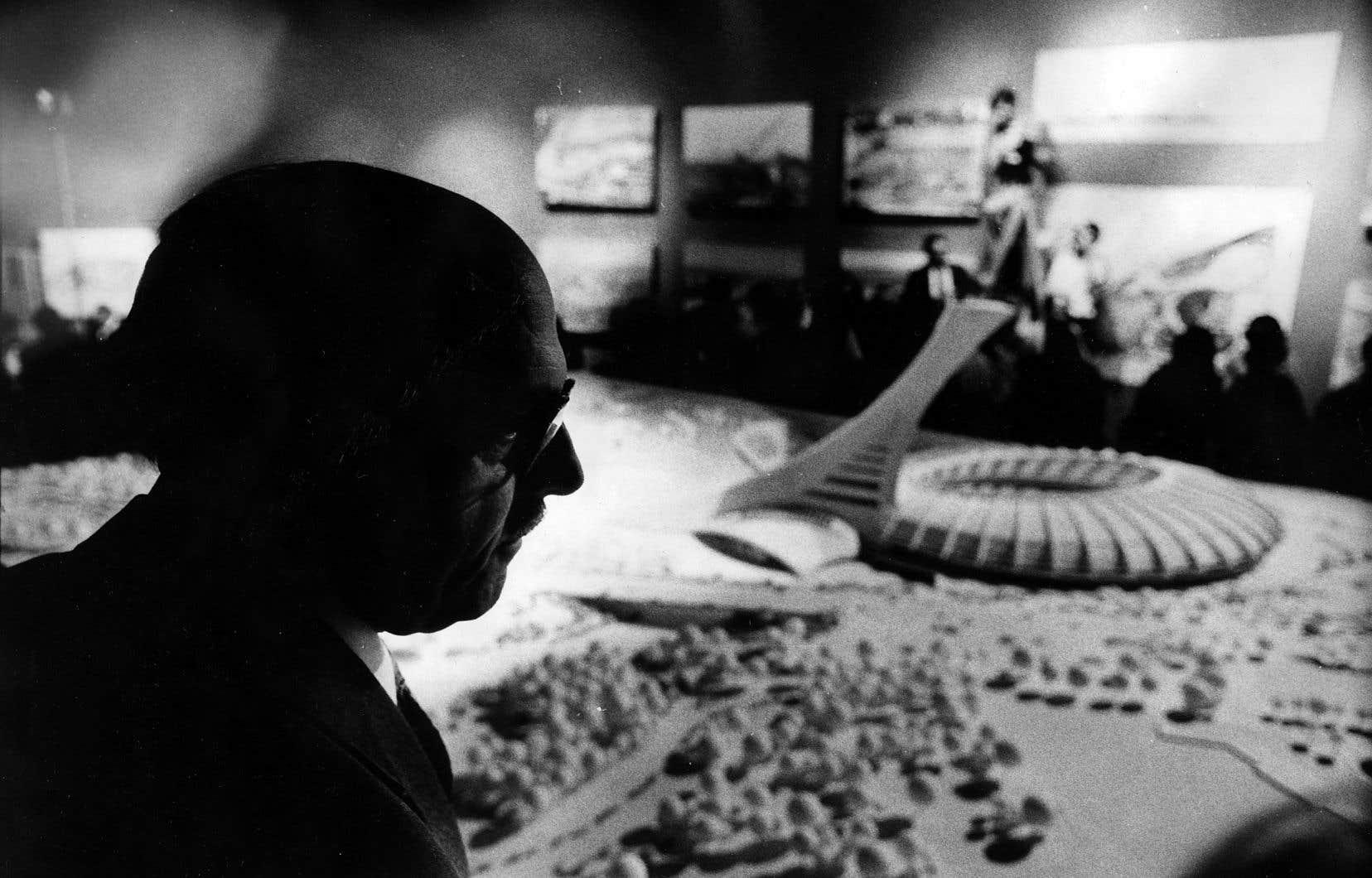 Jean Drapeau devant une maquette du parc olympique, le 17 juillet 1974. La facture olympique aura toujours jeté une ombre sur l'héritage de l'ancien maire de Montréal.