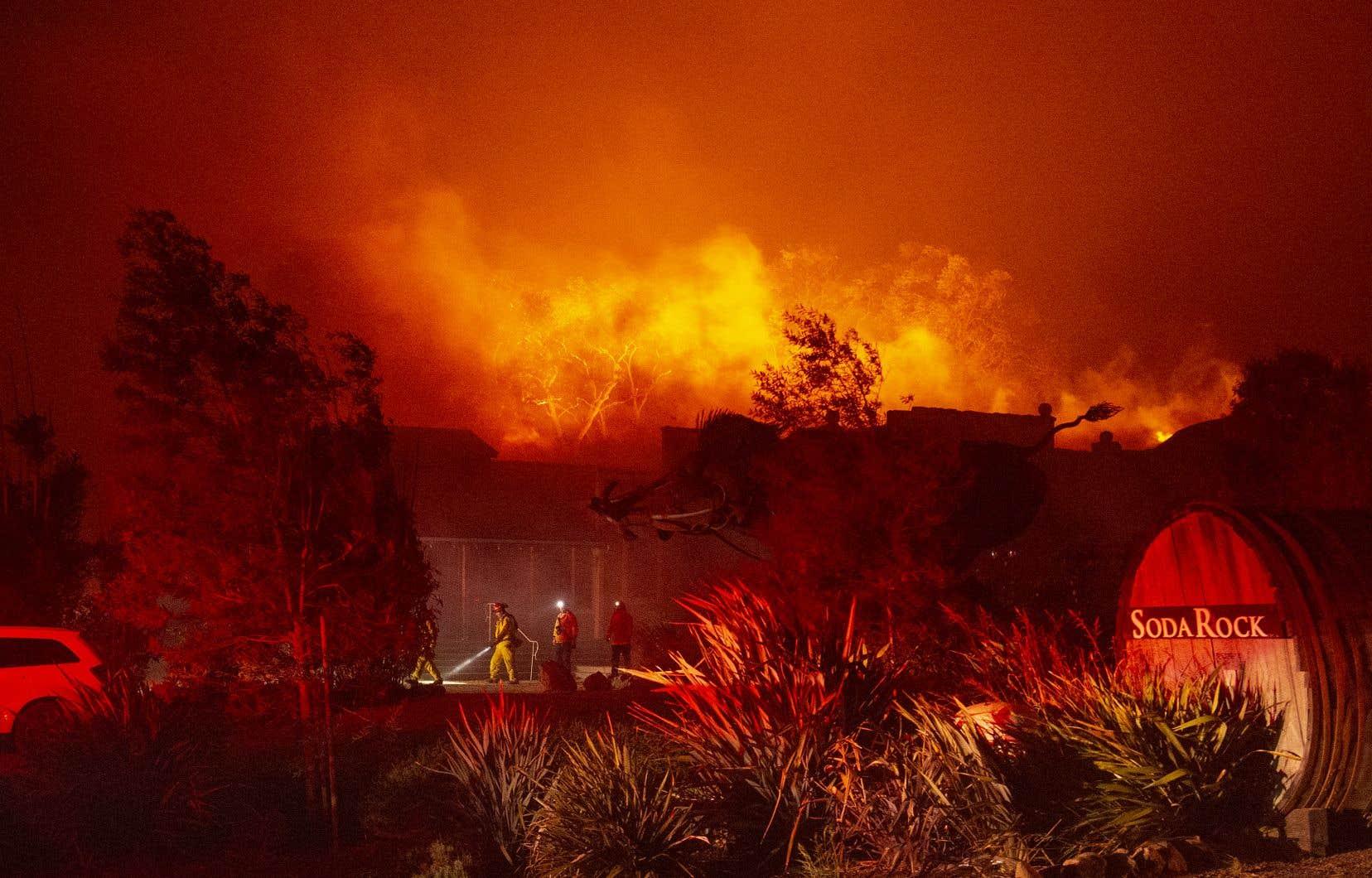 Le gouverneur de Californie a décrété l'état d'urgence en raison «des effets» des vents «sans précédent» dans la région de l'incendie.