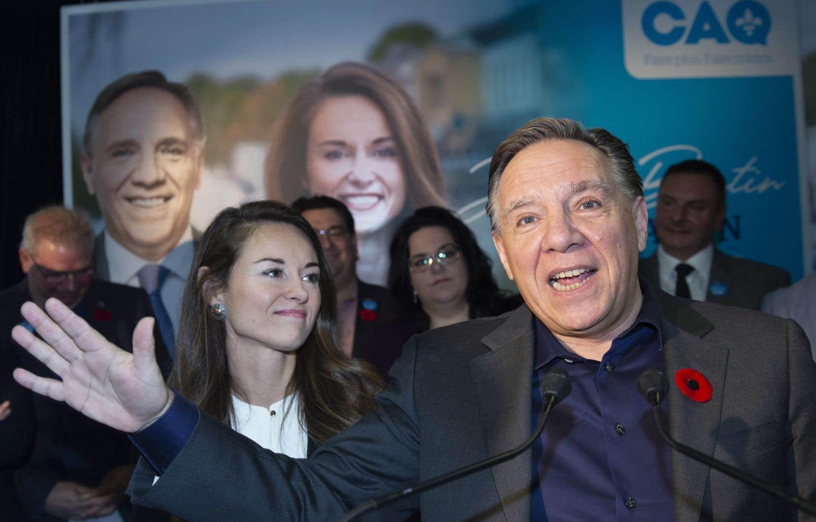 Le premier ministre François Legault présentant Joëlle Boutin, la candidate de la Coalition avenir Québec pour l'élection partielle dans Jean-Talon