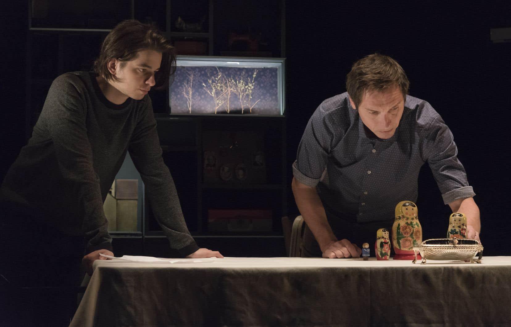 Empruntant au théâtre d'ombres et d'objets, les récits racontés par les comédiens sont renforcés par la mise en scène délicate.