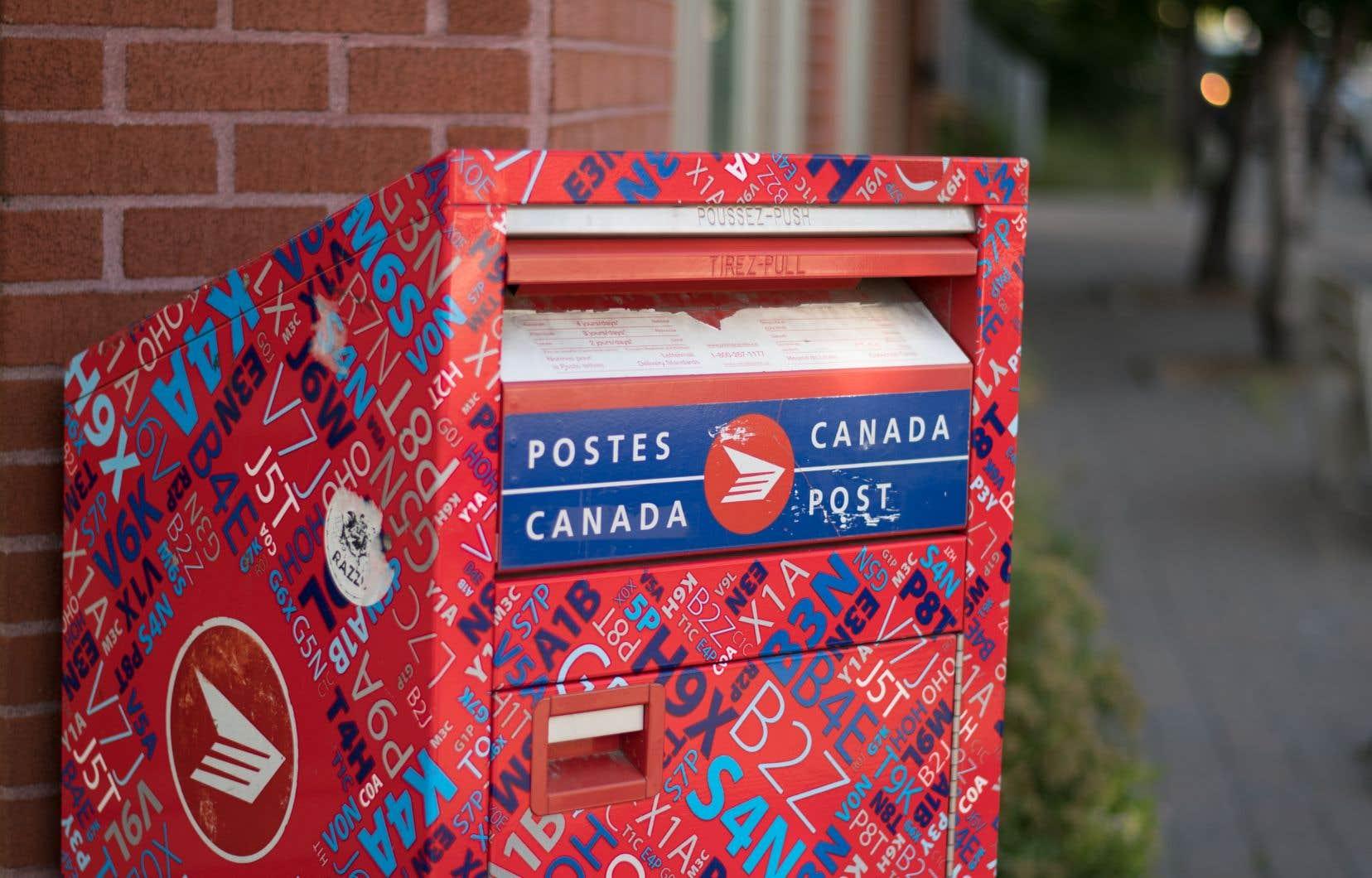 Le Commissaire aux langues officielles a statué qu'il incombe aux institutions fédérales, dont la Société canadienne des postes, de veiller à ce que le nom de domaine et l'URL de chaque page web «soient parfaitement bilingues».