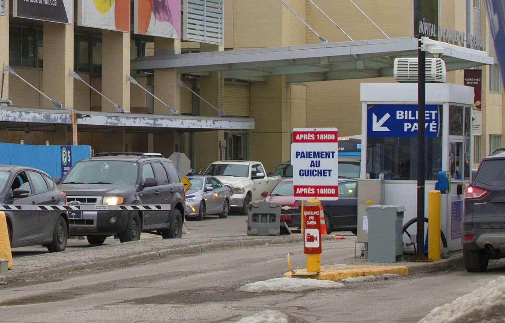 «Ce que je veux vous dire aujourd'hui, c'est que les deux premières heures vont être gratuites, puis le tarif ne dépassera pas 7$ ou 10$ pour la journée dans un stationnement», a déclaré la ministre de la Santé et des Services sociaux. Sur la photo, la guérite de l'hôpital Maisonneuve-Rosemont, à Montréal.