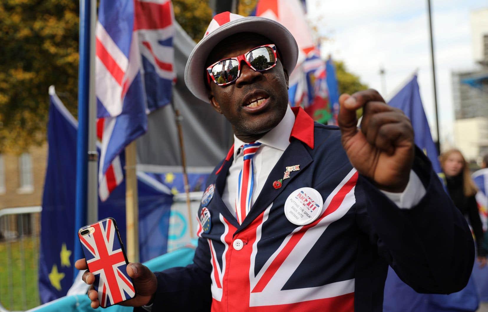 Un Londonien pro-Brexit a manifesté son appui à Boris Johnson, lundi, devant le Parlement britannique.