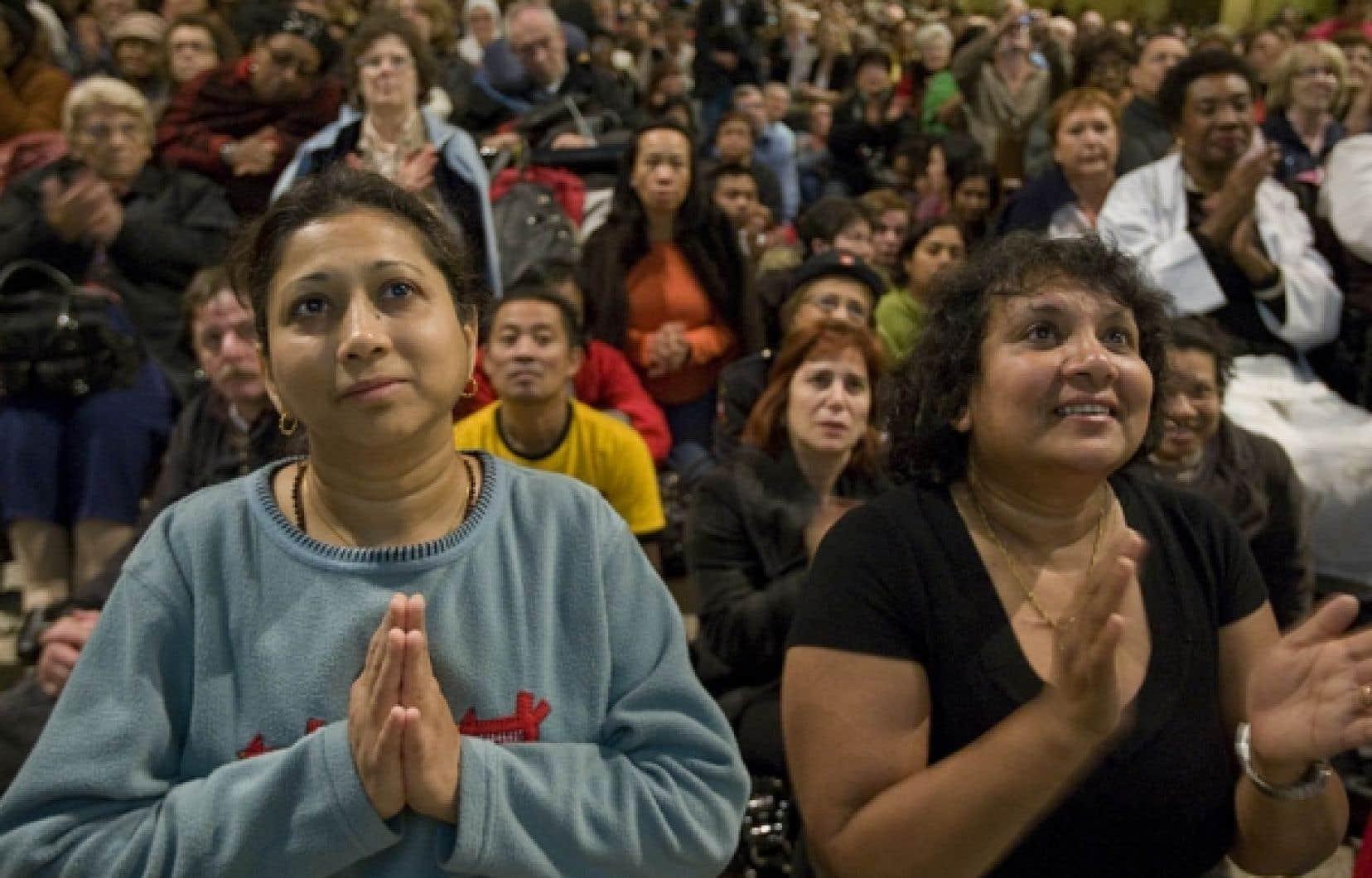 Les fidèles, fiers et émus, se sont levés d'un bond et ont applaudi lorsque le pape a confirmé l'accession du frère André à la sainteté.<br />