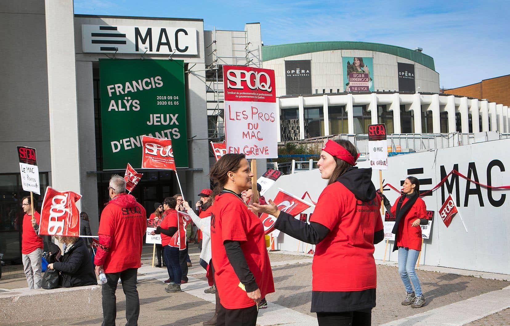 Les employés syndiqués duMAC manifestaient mercredi.