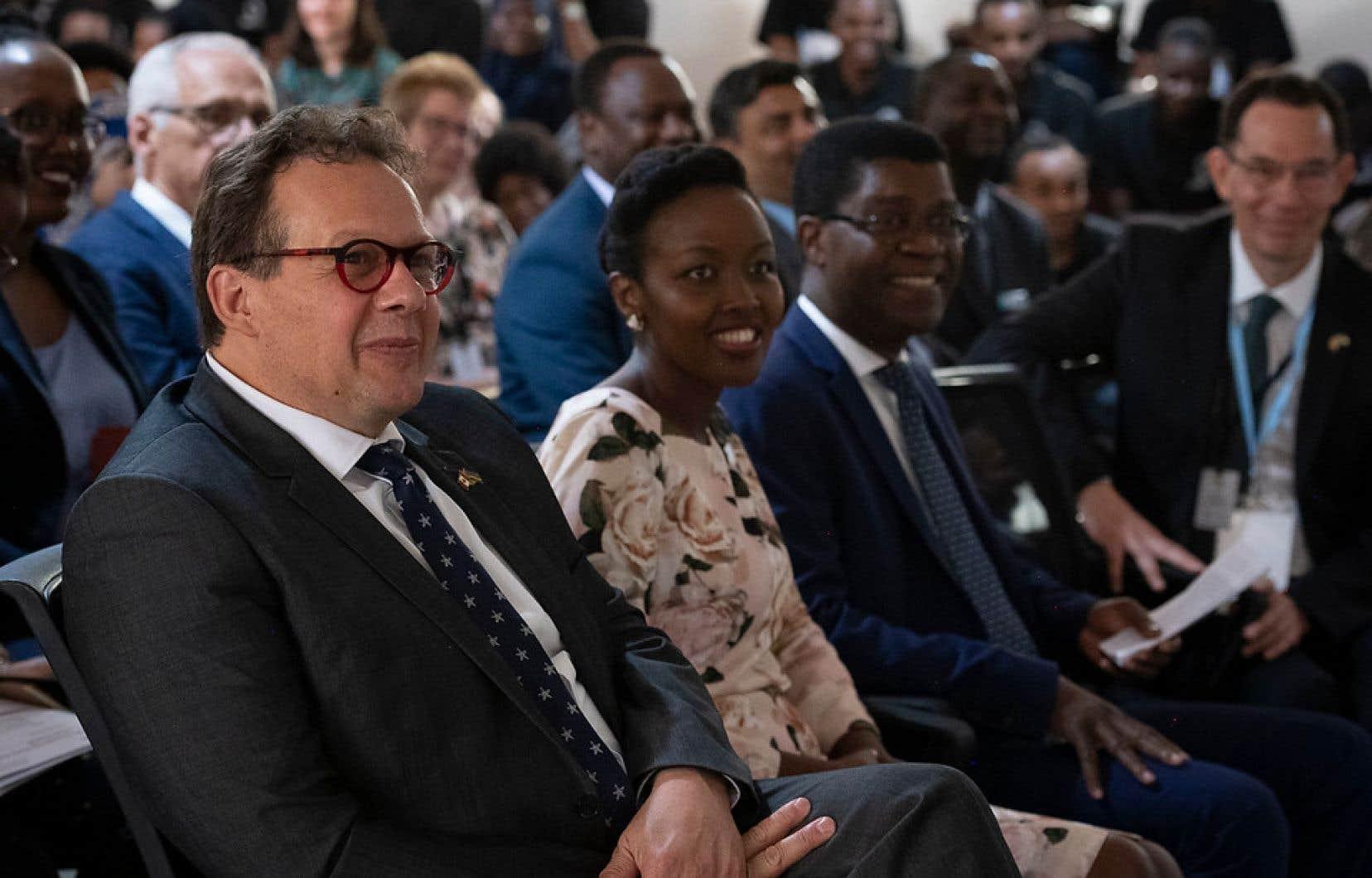 Le président du Centre de recherches pour le développement international, Jean Lebel, aux côtés de la ministre rwandaise de l'information et des communications, de la technologie et de l'innovation, Paula Ingabire, lors d'une visite dans le cadre du 25e anniversaire du génocide au Rwanda.