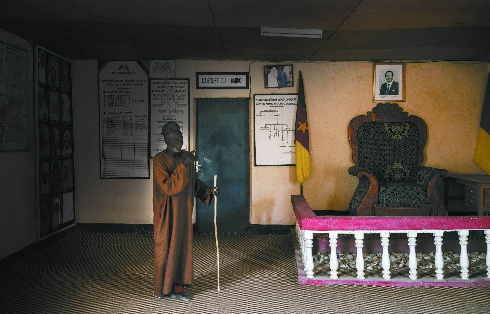 L'ENAP a prêté main-forte au ministère de la Décentralisation  et du Développement local  du Cameroun afin d'arrimer les 360communes et les 14communautés urbaines aux réformes. L'un des défis est de redonner confiance à la population dans le nord du pays, entre autres, divisé en plusieurs lamidats (chefferies) qui exercent un pouvoir local centralisé et hiérarchisé.