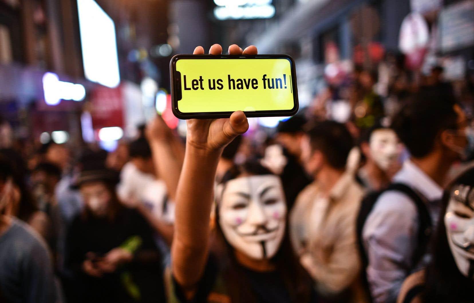 Depuis maintenant cinq mois, les manifestants ont pris l'habitude de défiler le visage masqué, notamment pour ne pas être reconnus et se prémunir de futures poursuites judiciaires.