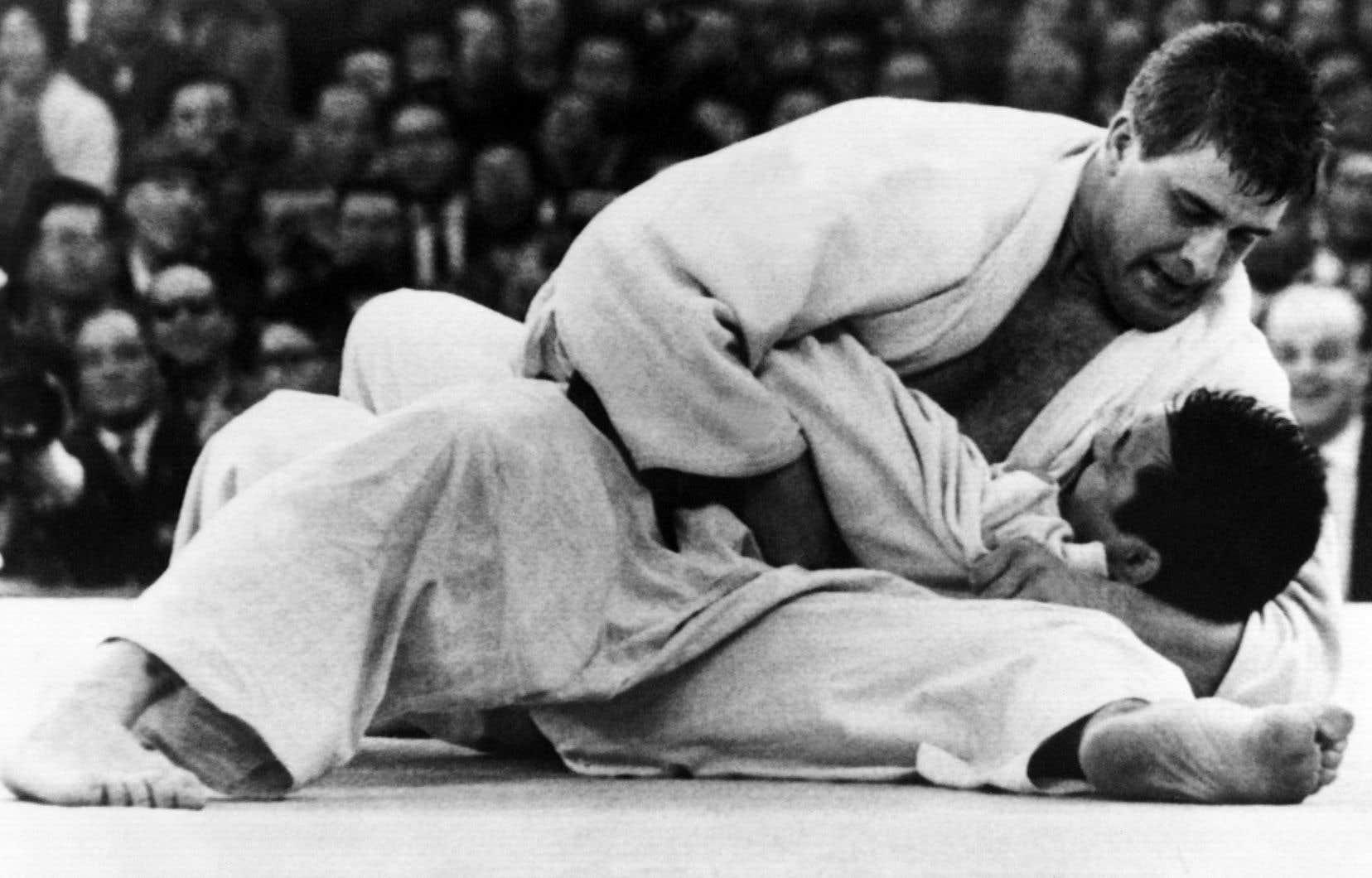 Le judo fait son entrée aux Jeux olympiques de Tokyo en 1964 — pour mémoire, le Japon y a remporté trois titres sur quatre, Akio Kaminaga ayant perdu aux mains du Néerlandais Anton Geesink.