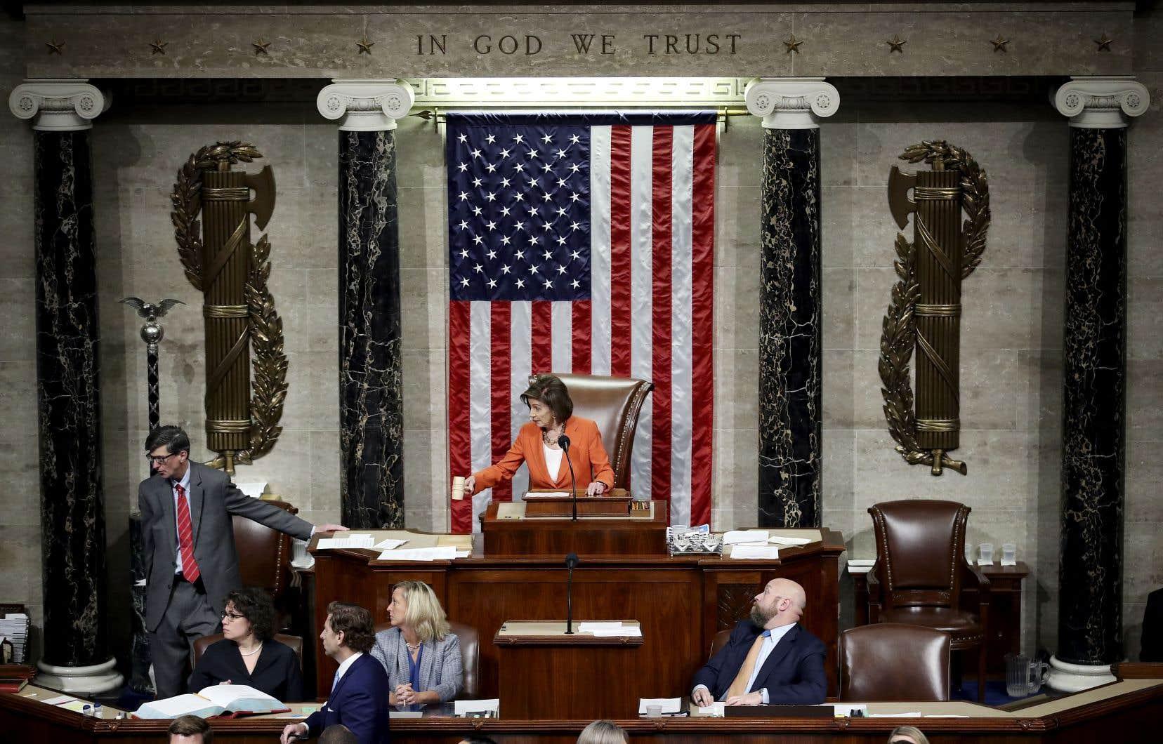 La présidente de la Chambre des représentants, Nancy Pelosi, annonce la clôture du vote sur une résolution officialisant l'enquête contre le président Donald Trump.