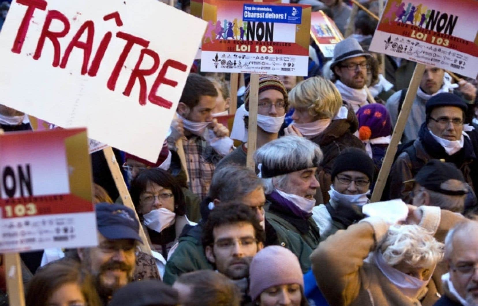 L'utilisation du bâillon par le gouvernement Charest pour l'adoption de la loi 115 a choqué plusieurs Québécois, lundi soir, qui sont descendus dans la rue pour manifester leur mécontentement.