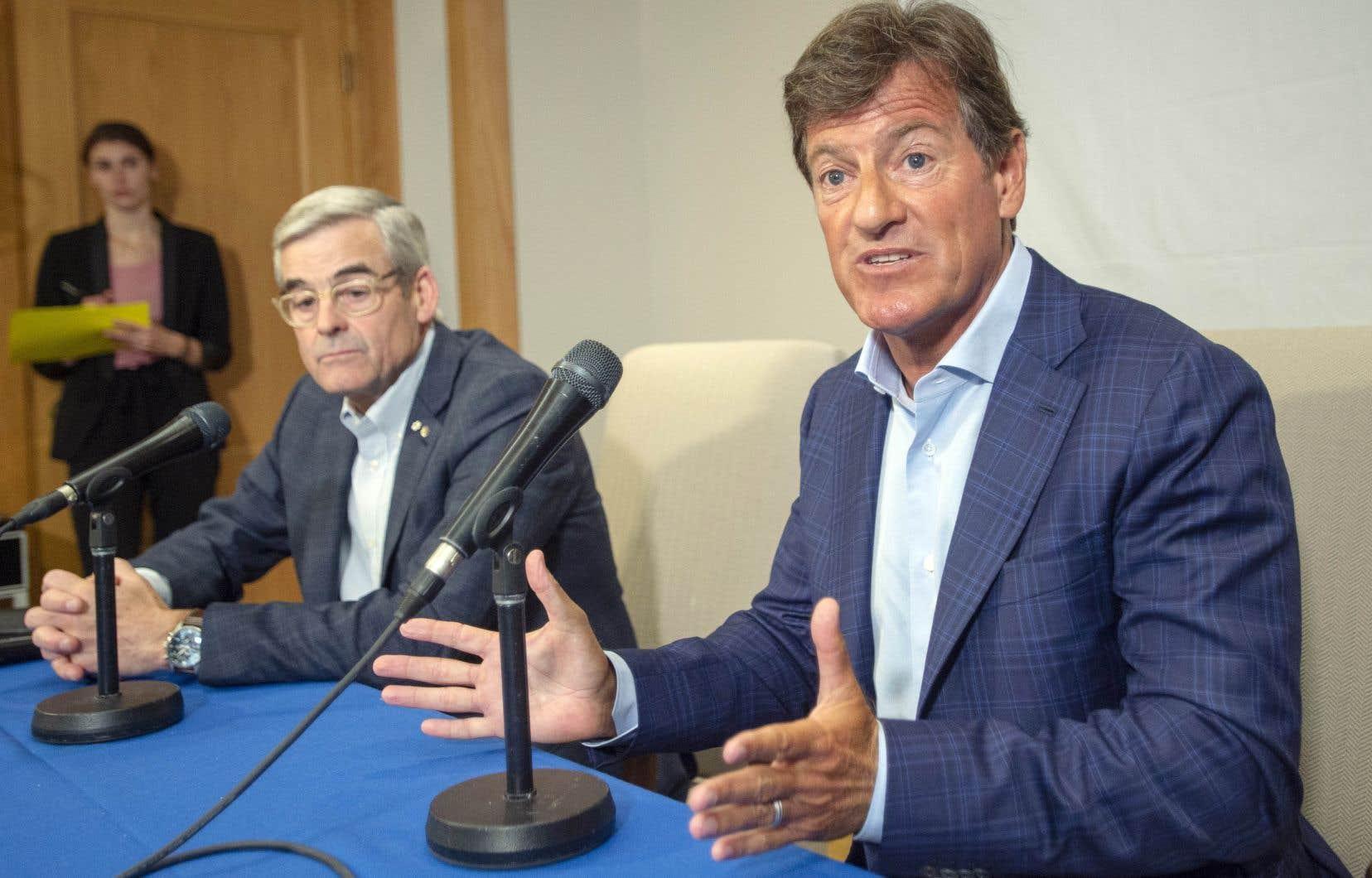 Stephen Bronfman (à droite) en compagnie de Pierre Boivin lors d'une point de presse en juin dernier