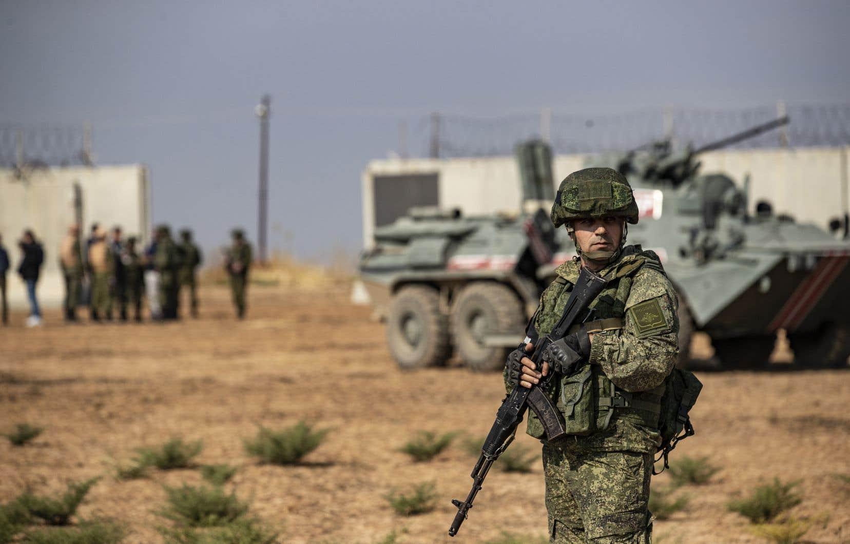 Les soldats, à bord d'une dizaine de véhicules militaires turcs et russes, ont commencé à patrouiller une bande de territoire longue de plusieurs dizaines de kilomètres à la frontière.