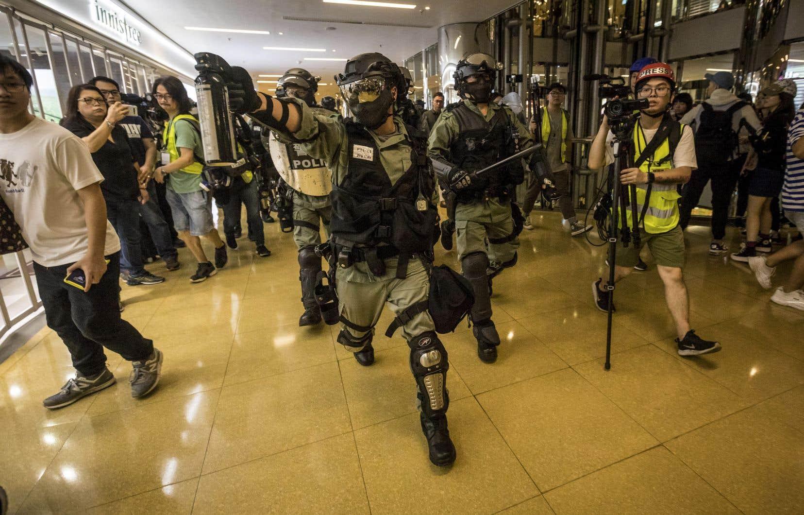 Une bagarre a éclaté devant un centre commercial à Tai Koo Shing, un quartier de la classe moyenne hongkongaise.