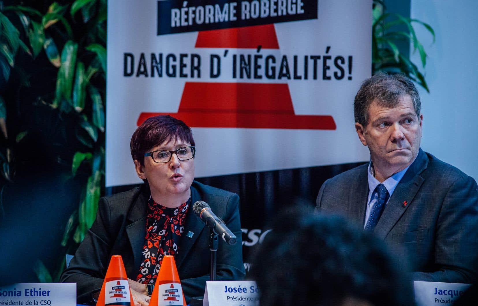 Présidente de la Fédération des syndicats de l'enseignement, Josée Scalabrini (à gauche) a évoqué l'influence qu'auront les parents sur les méthodes pédagogiques, qui menaçerait du même coup l'autonomie professionnelle des enseignants, ainsi que l'avènement d'un système à 3 vitesses.