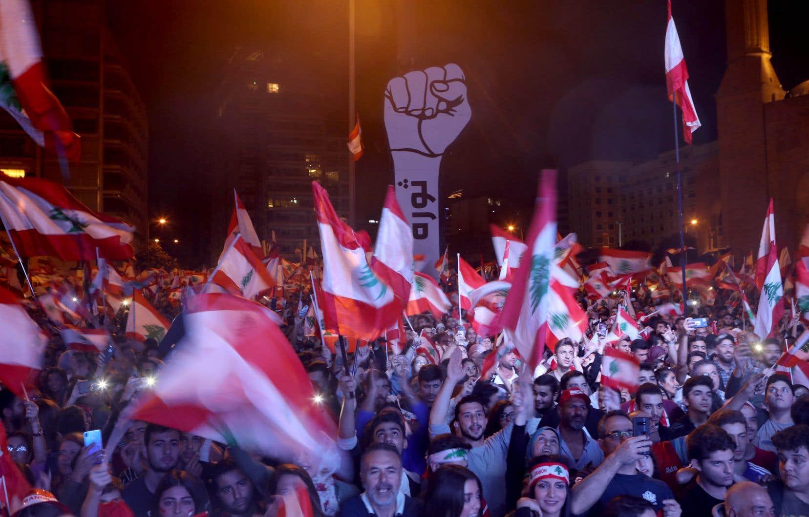 Dimanche soir la place des Martyrs, au coeur de Beyrouth, était noire de monde. Les manifestants ont afflué par milliers avec des drapeaux et des pancartes.
