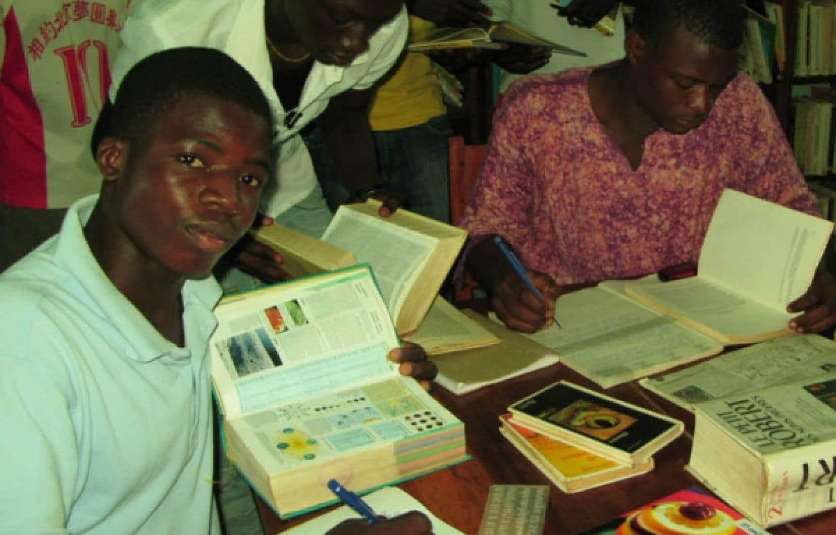 Pour apprendre la langue de Molière, les candidats sont souvent prêts à payer jusqu'à 425 $ par mois, une véritable fortune en Afrique.<br />