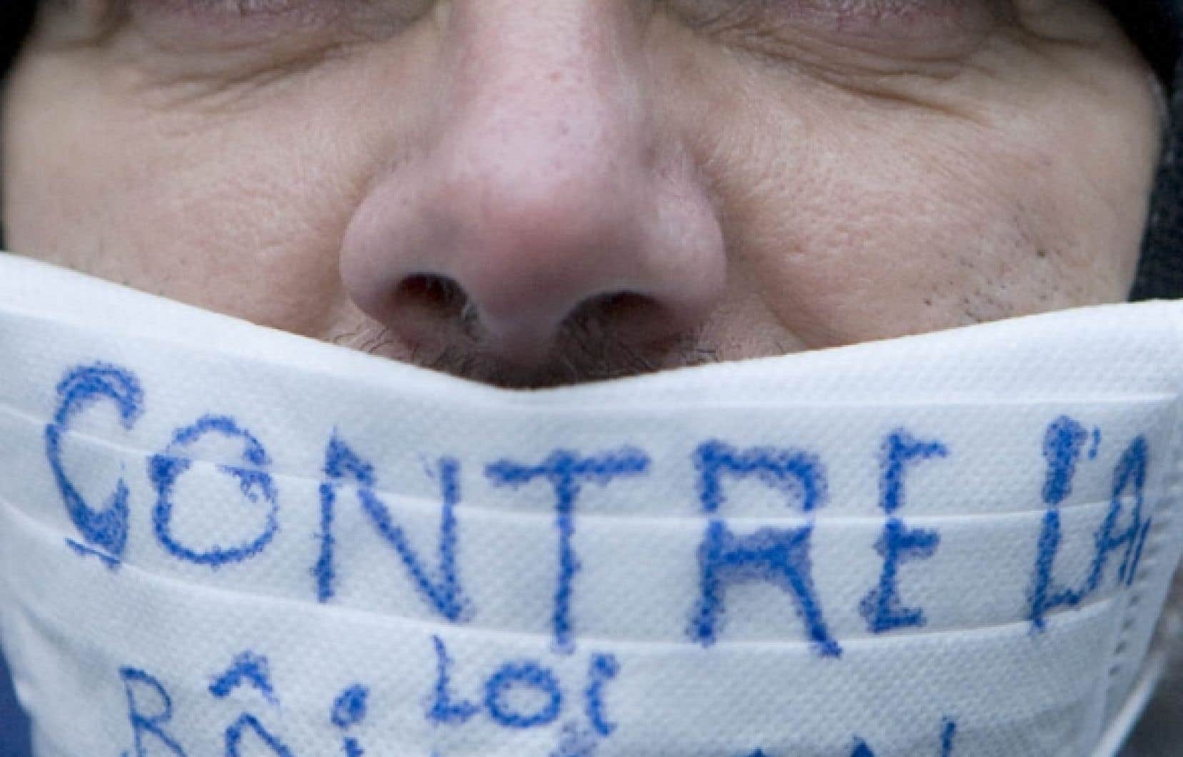 Quelques milliers de personnes ont manifesté leur mécontentement, lundi soir, devant les bureaux du premier ministre Charest.<br />
