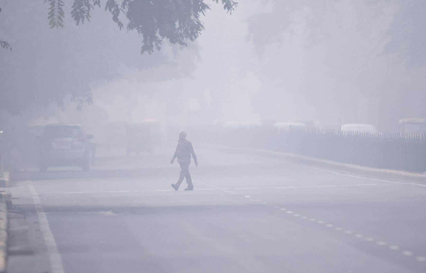 Lundi matin, une brume nauséabonde et écoeurante emprisonnait toujours la capitale indienne, cachant les bâtiments, s'immisçant dans les foyers, les bureaux et même les galeries souterraines du métro.