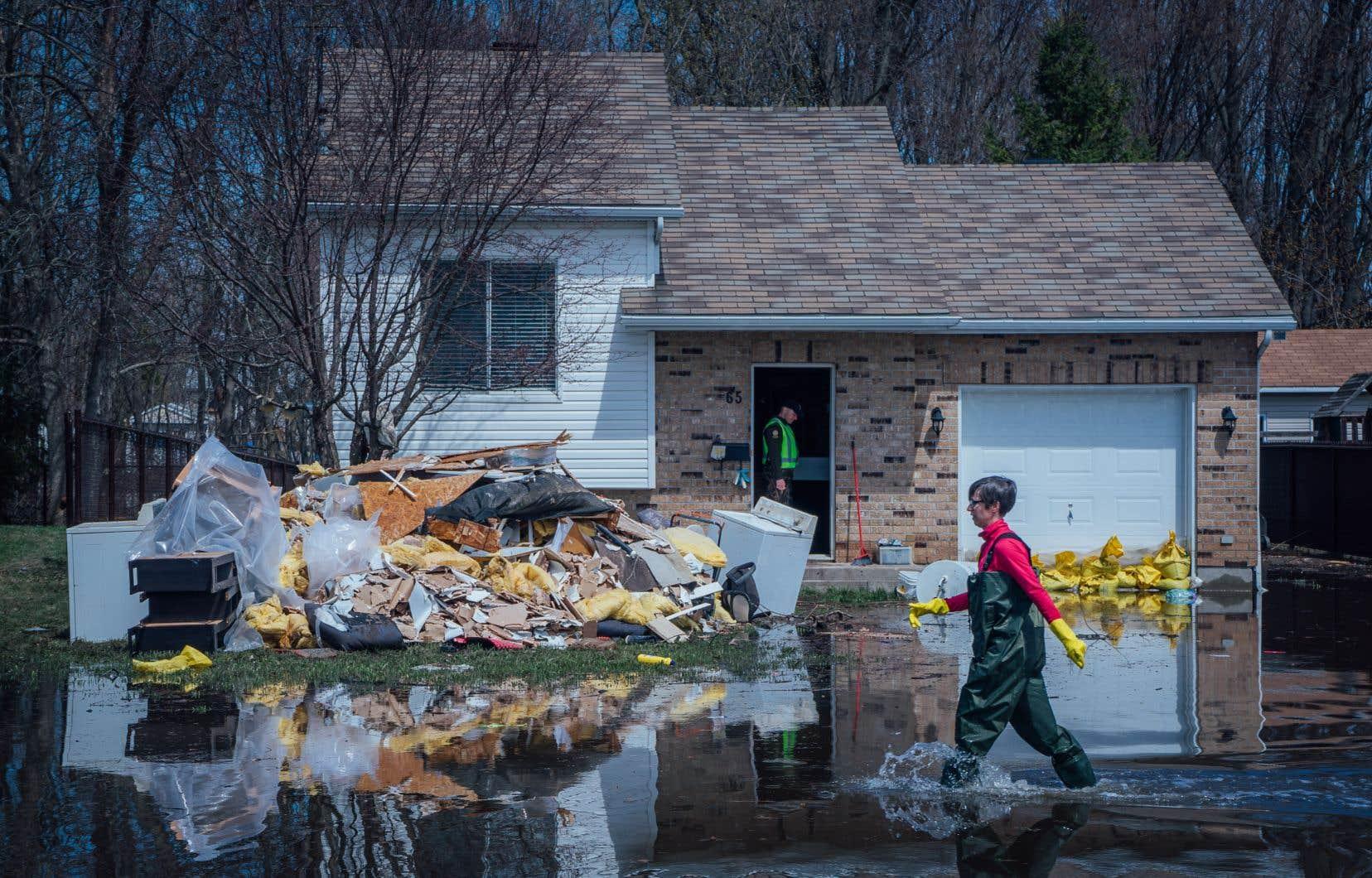 Six mois après la rupture d'une digue qui a forcé 6000 habitants à fuir leur maison, la majorité des sinistrés de Sainte-Marthe-sur-le-Lac n'ont reçu qu'une partie de l'assistance financière promise par Québec.
