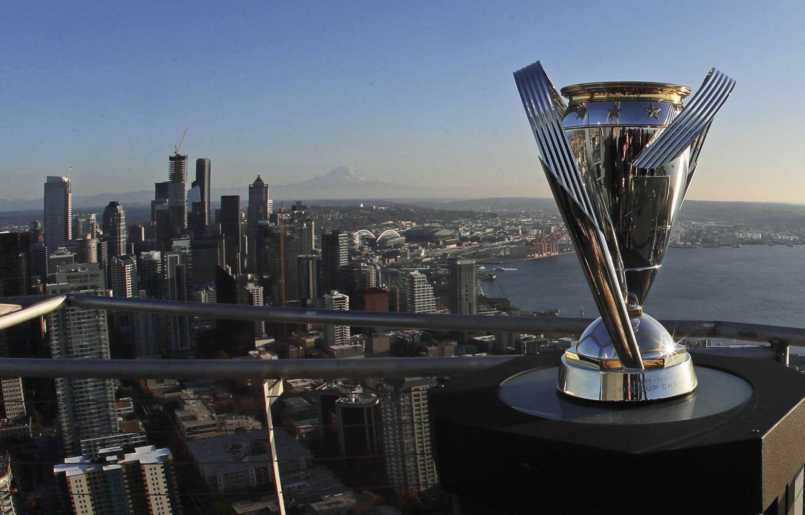 Le Toronto FC tentera de mettre la main sur le trophée de la Coupe MLS, exposé ici à Seattle.