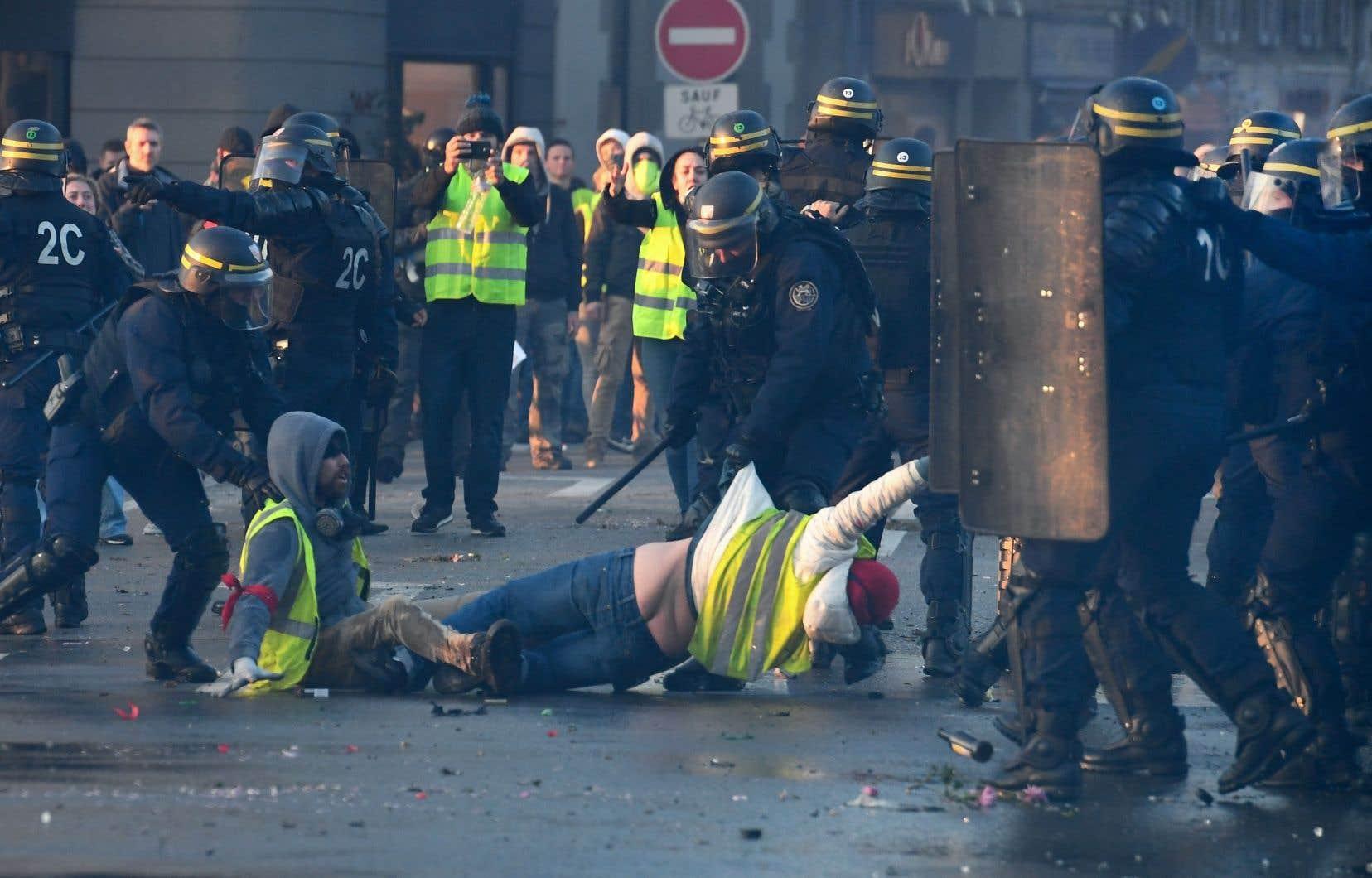 Les «gilets jaunes» ont régulièrement dénoncé depuis un an les violences policières lors des manifestations, qui ont fait 2448 blessés côté manifestants et 1797 côté forces de l'ordre.