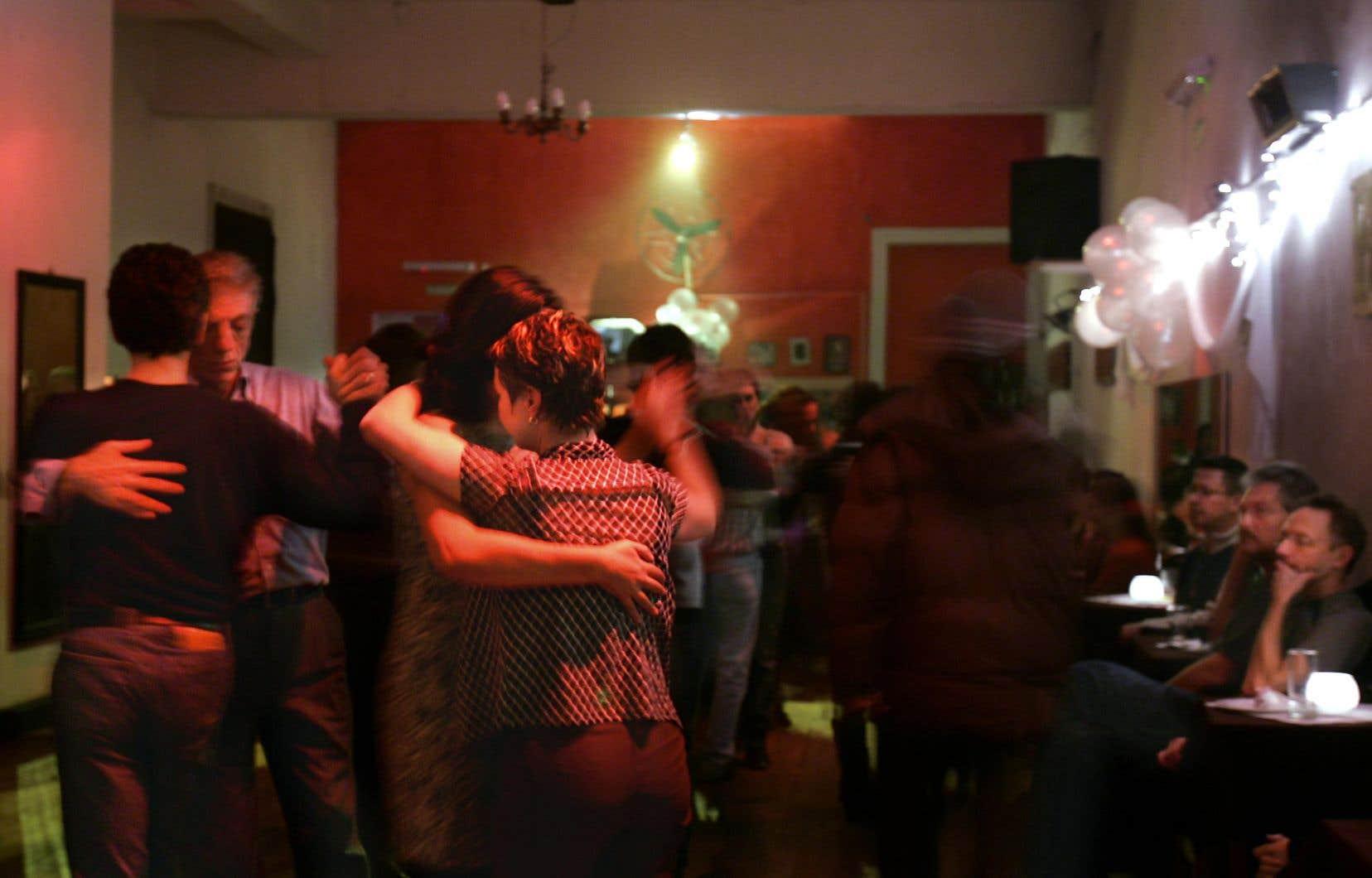 Des couples gais dansent le tango au pub La Marshall de Buenos Aires.