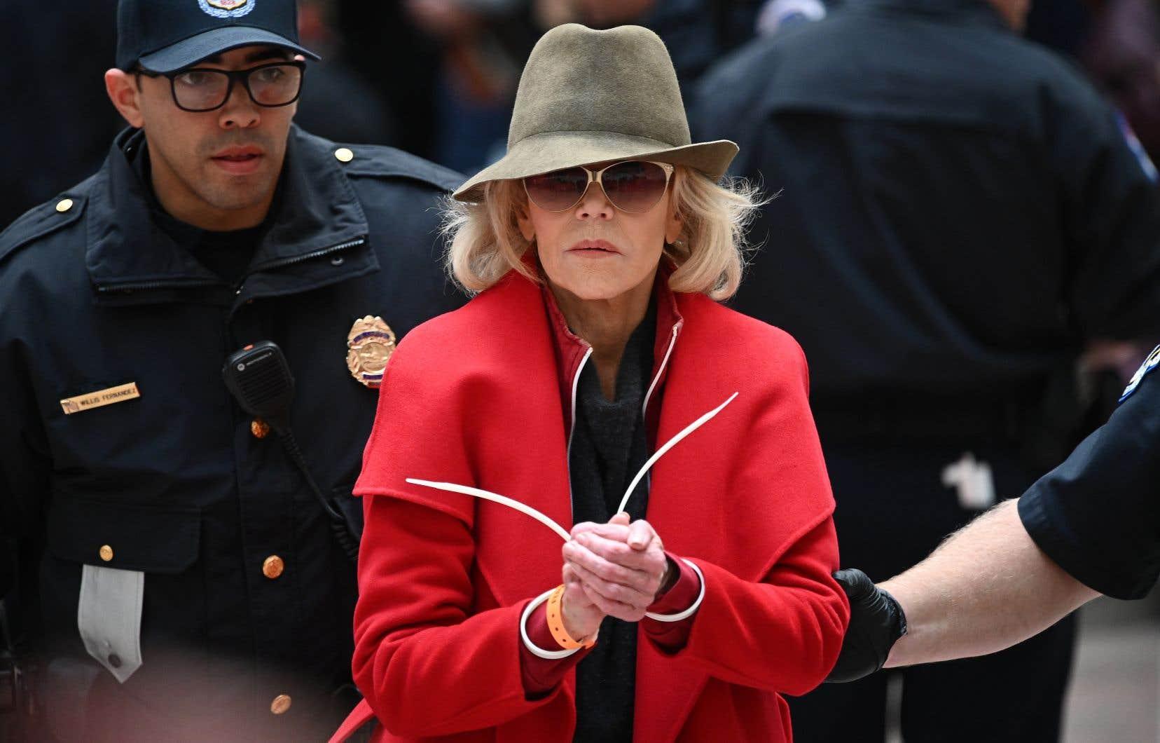 Arrêtée, comme chaque vendredi depuis un mois, l'actrice et militante Jane Fonda incarne la figure même de la «vieille» indisciplinée qui refuse les tiroirs naphtalines de son âge pour défendre le futur de la planète.