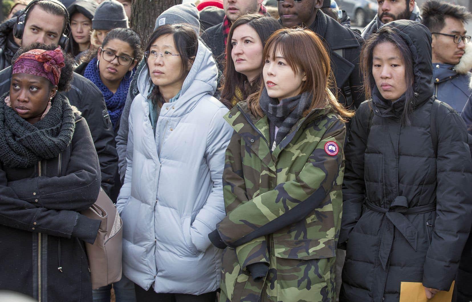 Des dizaines de personnes ont bravé le froid vendredi à Montréal pour exiger du ministre Simon Jolin-Barrette qu'il laisse tomber sa réforme du Programme de l'expérience québécoise.