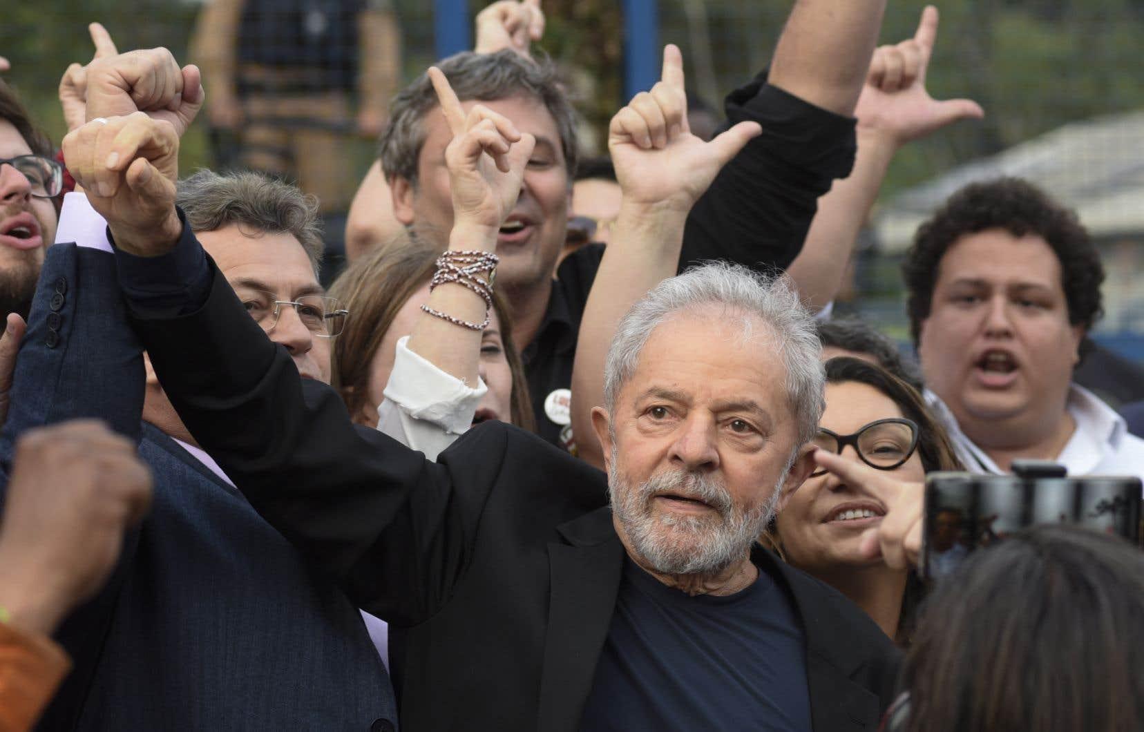 Des milliers de militants, certains en larmes, ont acclamé Lula à sa sortie de prison.