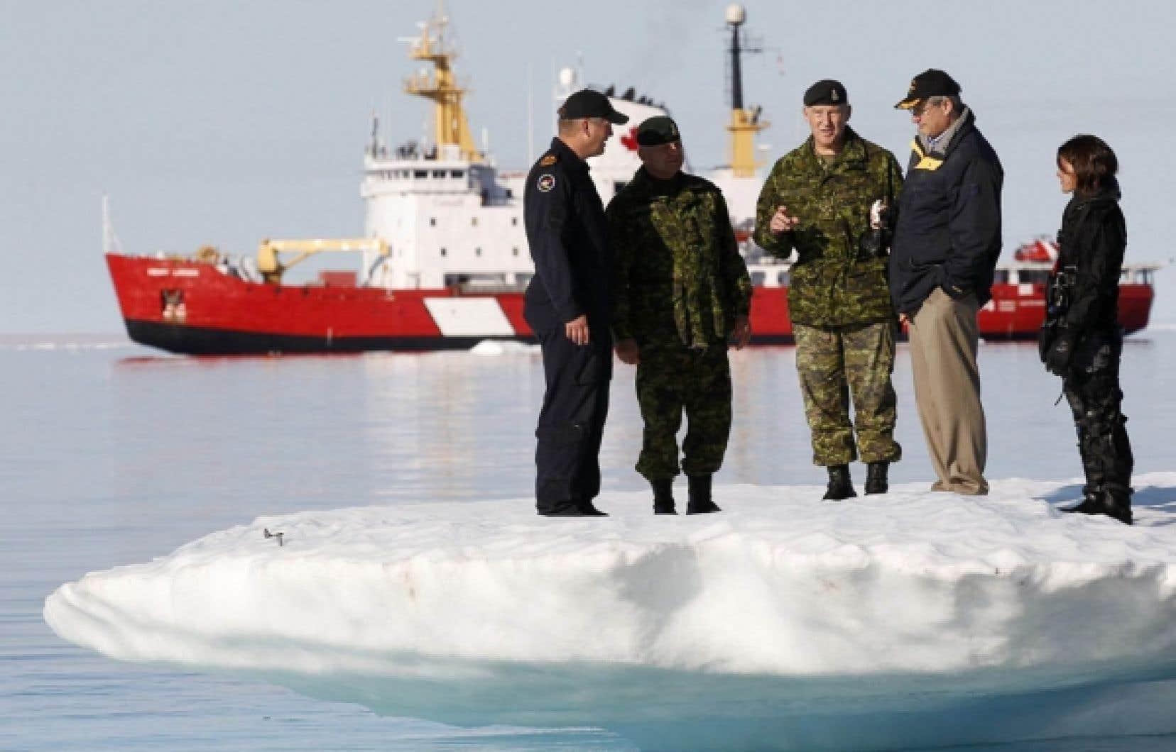 Stephen Harper lors d'une visite du sous-marin HMCS Corner Brook, dans le Grand Nord canadien, plus précisémment à la base militaire d'Iqaluit.<br />