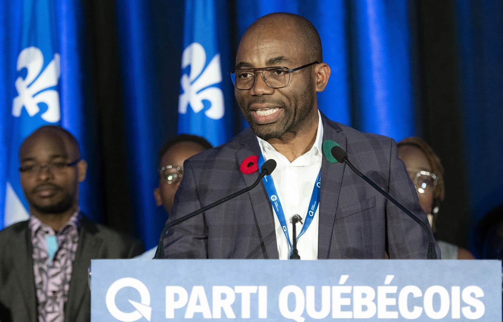 Le nouveau président du Parti québécois, Dieudonné Ella Oyono, a été chaudement ovationné lorsqu'il est monté sur scène, dimanche.
