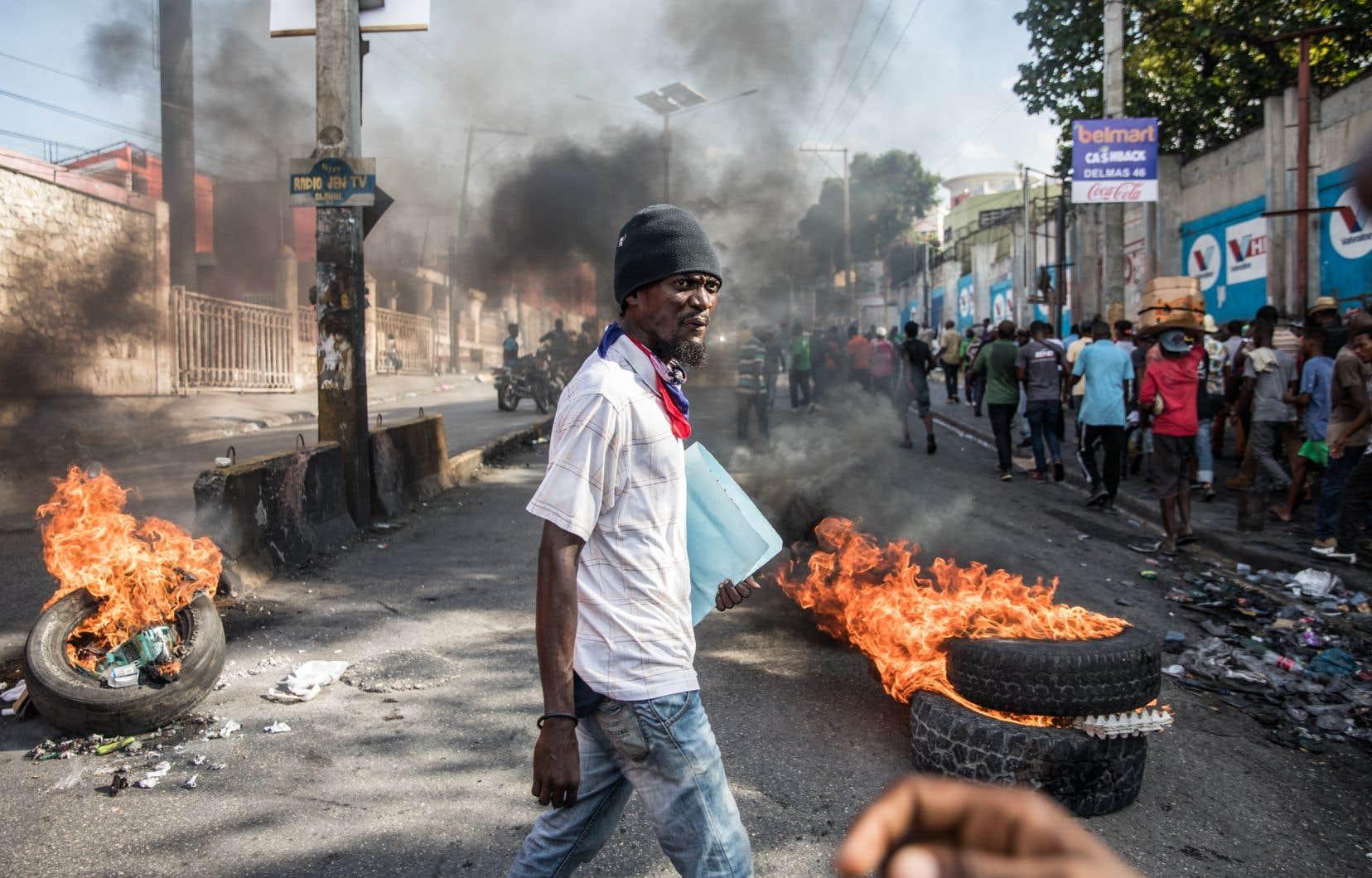Des manifestants demandant le départ du président, Jovenel Moïse, dimanche à Port-au-Prince