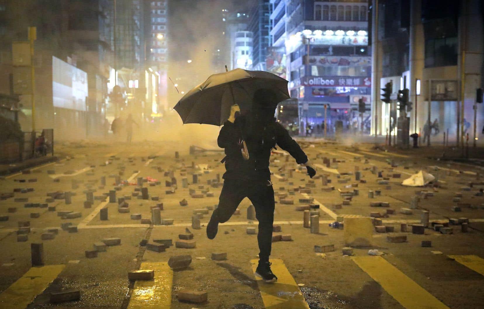La journée du 11novembre fut l'une des plus violentes qu'a connues Hong Kong depuis le début des manifestations pro-démocratie, au printemps 2019. Les policiers ont tiré à balles réelles sur des manifestants.