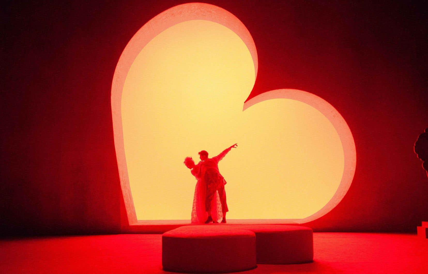 Prenant l'immortalité du sentiment amoureux comme fil rouge, l'esthétique adoptée par la metteuse en scène et ses collaborateurs est non seulement franche, et diablement drôle, mais elle est aussi fort cohérente.