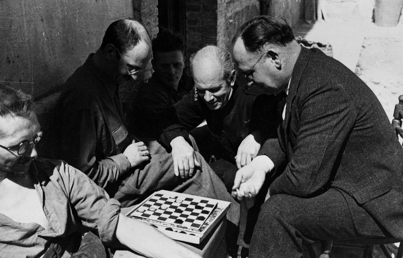Norman Bethune, au centre, photographié en 1937 en Espagne. En lutte contre le fascisme, il s'était engagé dans la guerre civile espagnole dès 1936.