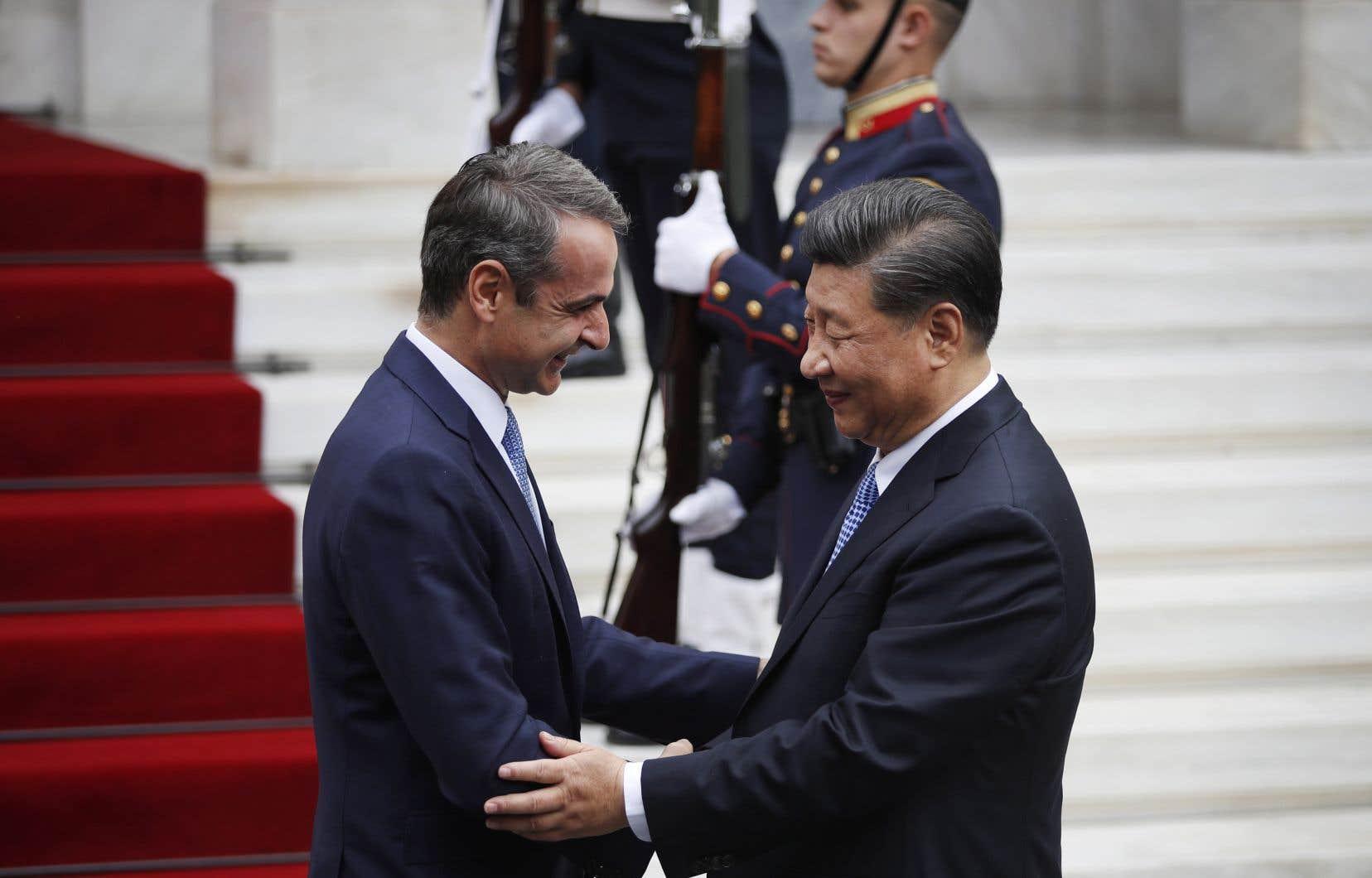 Le Premier ministre grec, Kyriakos Mitsotakis, à gauche, accueille le président chinois Xi Jinping, à droite, avant leur réunion à Maximos Mansion à Athènes, lundi dernier.