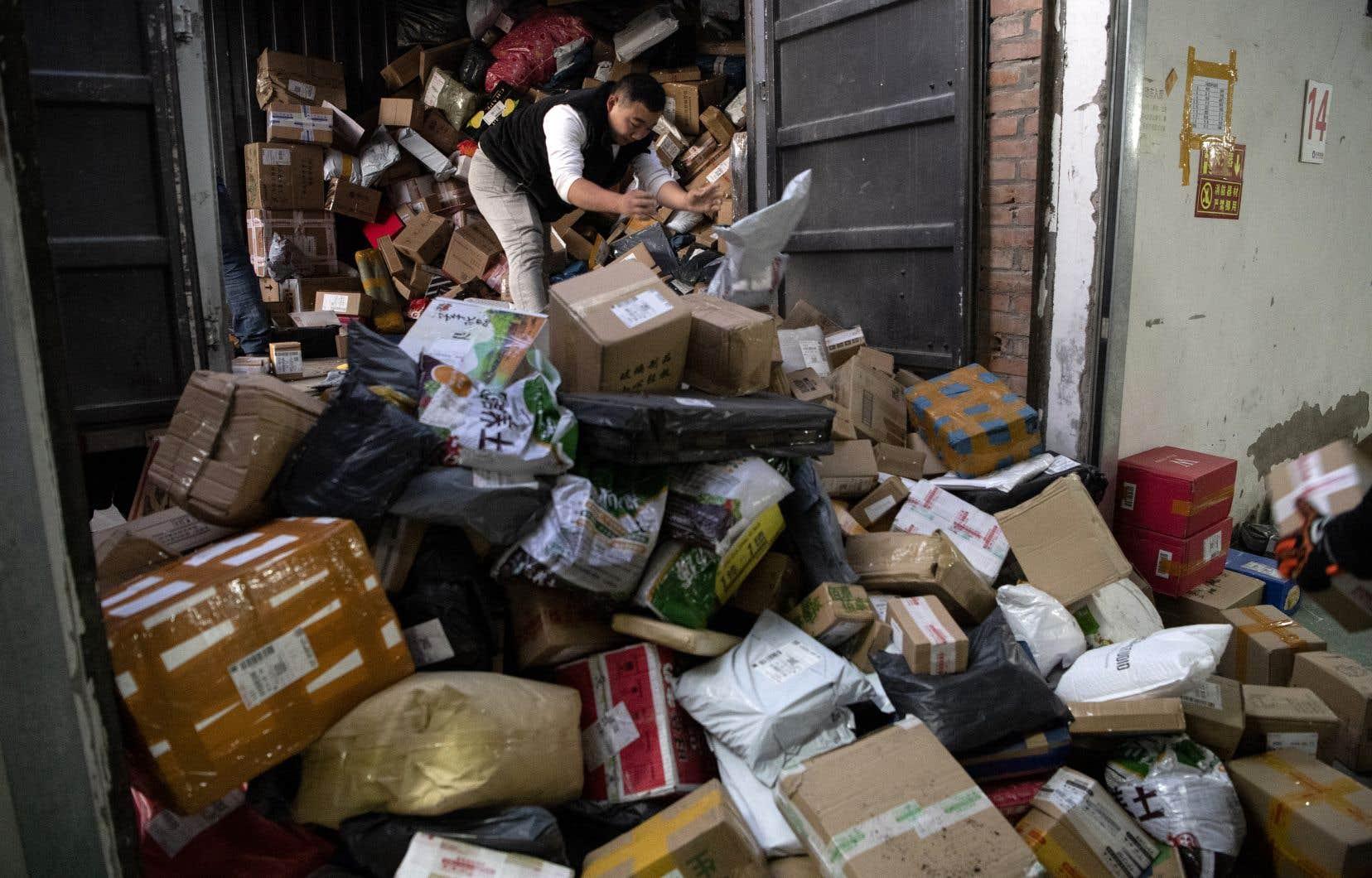 Un travailleur trie des colis dans l'entrepôt d'une société de livraison lors de la «Fête des célibataires», à Pékin le 11 novembre 2019.