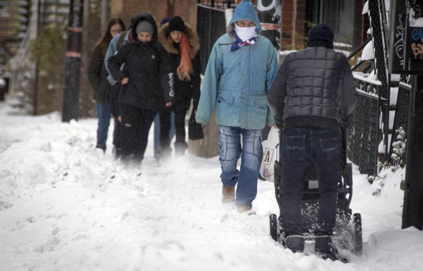 Environnement Canada prévoit une accumulation de 20 à 30 cm de neige, mais ce total pourrait atteindre jusqu'à 40 cm dans certains secteurs de l'est du Québec.