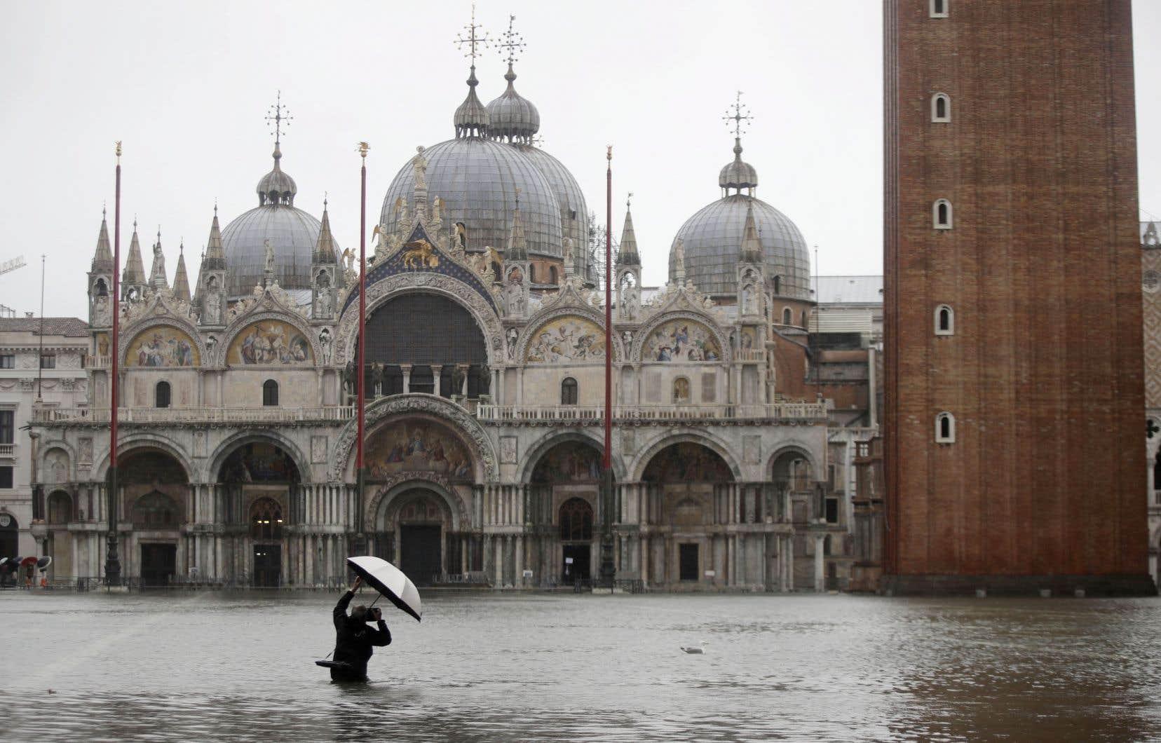 À Venise, la célèbre place Saint-Marc est submergée par les flots en raison des hautes marées (<em>aqua alta</em>) exceptionnelles qui pourront atteindre, voire dépasser, les 140cm.