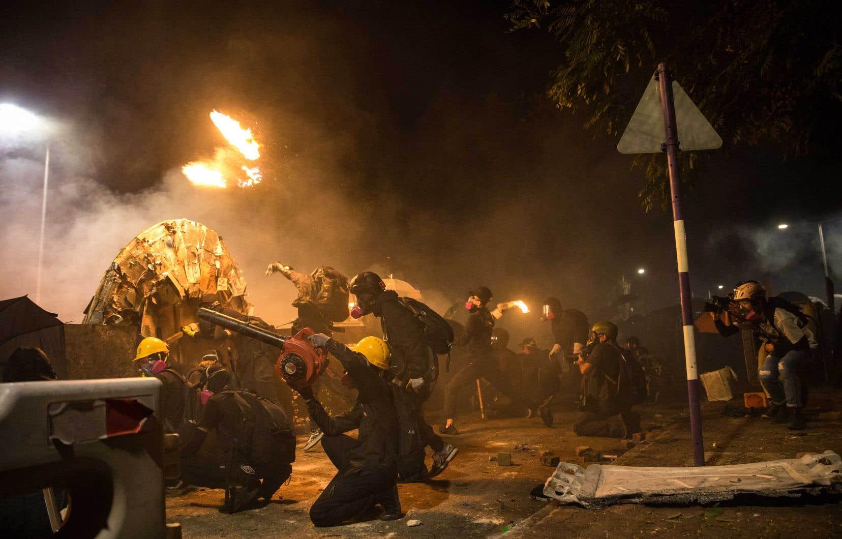 À l'Université chinoise de Hong Kong, la police a dû battre en retraite face aux manifestants enclavés.