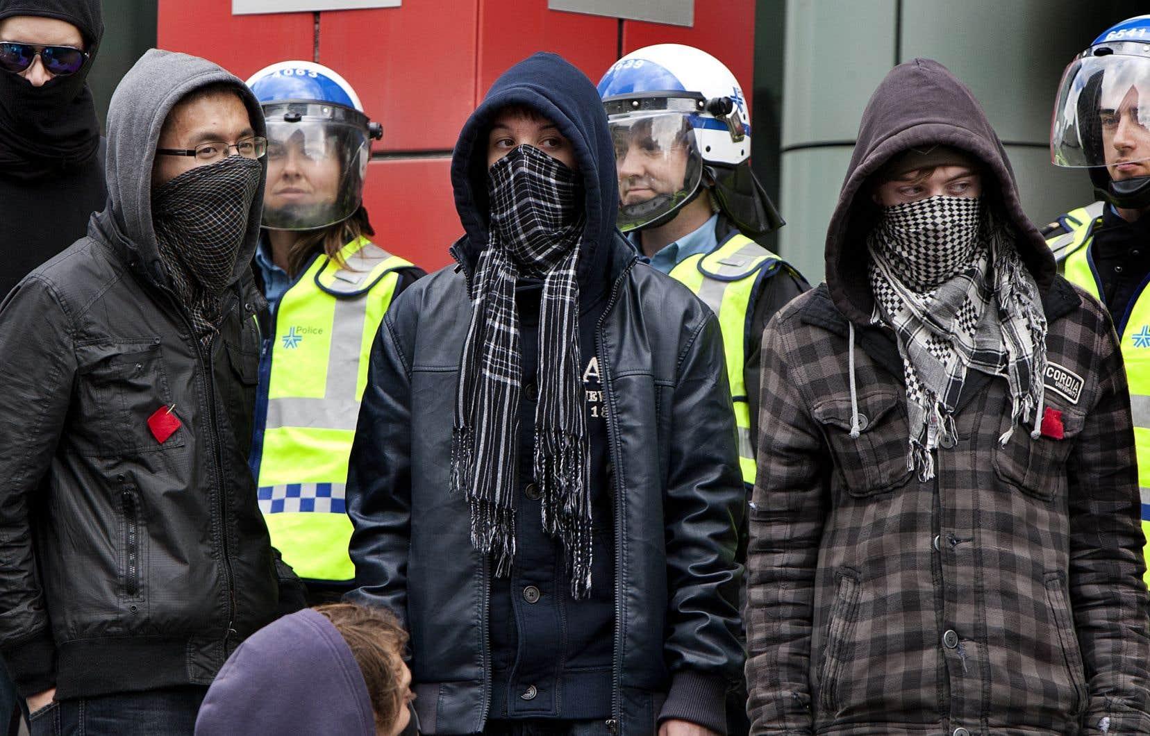 Le règlement P-6 obligeait les manifestants à fournir leur itinéraire lors de manifestations et interdisait le port d'un masque.