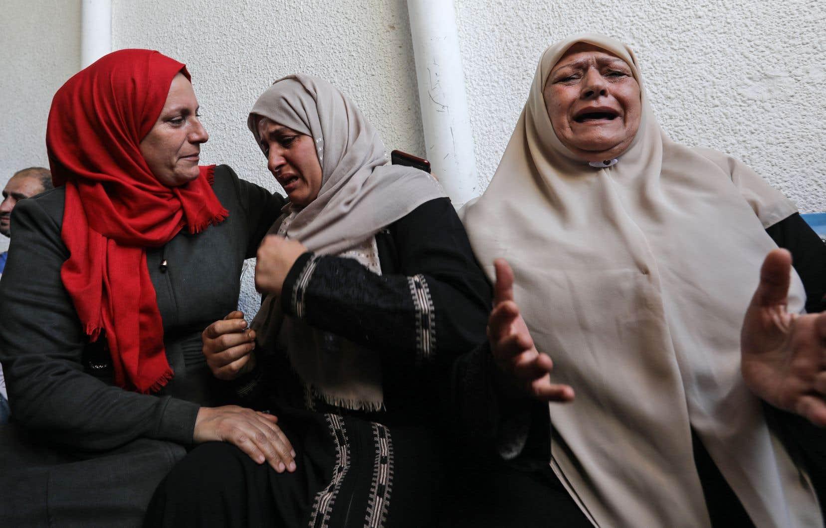 Des femmes palestiniennes en deuil pleuraient, mercredi, à l'extérieur de la morgue de l'hôpital al-Shifa à Gaza.