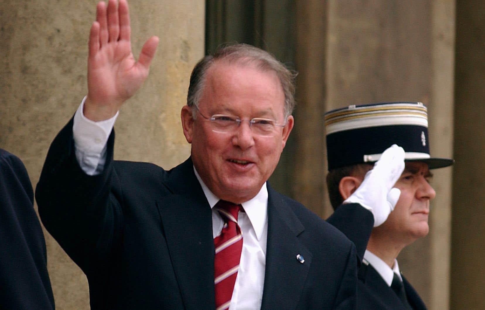 En octobre 2001, Bernard Landry, premier ministre à l'époque, était en visite en France. Sur la photo, il est sur le perron de l'Élysée, s'en allant à un entretien avec le président français d'alors, Jacques Chirac.